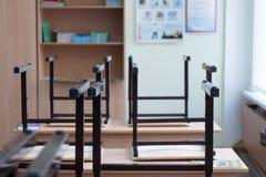 从桌,空的教室模糊的照片看作为背景的 免版税库存照片