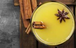 从桔子和香料的冬天热的饮料在黑背景 免版税图库摄影