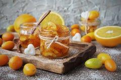 从桔子的自创橘子果酱在玻璃瓶子 免版税库存照片