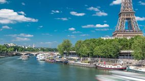 从桥梁的埃佛尔铁塔timelapse在河塞纳河在巴黎 股票录像