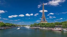 从桥梁的埃佛尔铁塔timelapse hyperlapse在河塞纳河在巴黎 股票录像