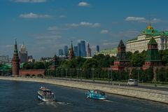 从桥梁的看法向克里姆林宫墙壁和莫斯科河 免版税库存照片
