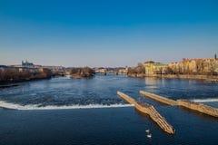 从桥梁的看法向河在布拉格 免版税库存照片