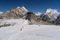 从梅拉峰底阵营的足迹到在冰川,Khumbu地区喜马拉雅山山,尼泊尔的梅拉峰顶高阵营步行 库存图片
