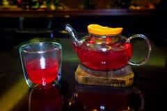 从森林莓果的茶与切片在木的桔子 免版税库存图片