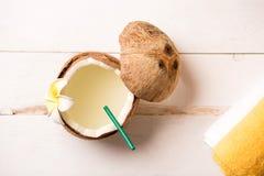 从椰奶的顶端看法,刷新在白色背景的夏天异乎寻常的饮料与拷贝空间 免版税库存图片