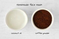 从椰子油和咖啡粉末做的自创面罩 免版税库存照片