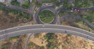 从横渡在街道环形交通枢纽的汽车上的高速公路 影视素材