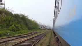 从横渡小村庄的老蓝色火车的门的低角度视图在早晨 乘客铁路运输移动 股票视频