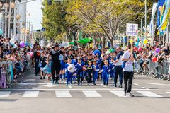 从橄榄球学校的年轻运动员参加Adloyada狂欢节在纳哈里亚,以色列 库存照片