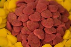 从橘子果酱,蛋白软糖,焦糖-点心的许多五颜六色的甜点 免版税库存图片