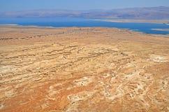 从死海在以色列和约旦的山的高度的看法 石灰岩地区常见的地形的形成在Judean沙漠掘沟 免版税库存图片