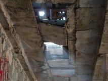 从残破的天花板的光 免版税库存照片