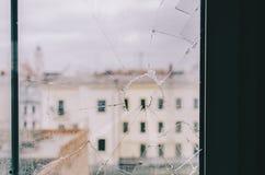 从残破的窗口的城市 免版税库存照片