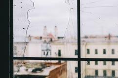 从残破的窗口的城市 库存图片