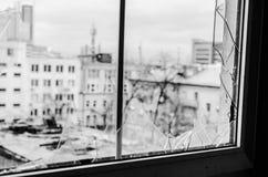 从残破的窗口的城市 库存照片