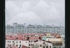 从残破的窗口的城市 免版税图库摄影