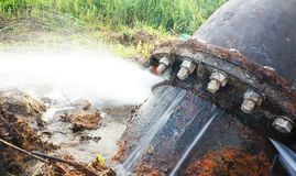 从残破的管道的漏的水 库存图片