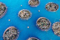 从残骸和塑料的概念清洗的海洋水 去除污染物使用船和栅格 免版税库存照片