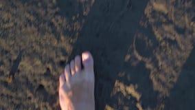 从水出来的赤脚的慢动作对地面和走 股票录像