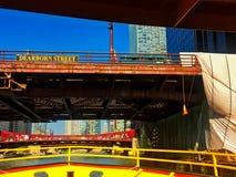 从水出租汽车的看法作为它横渡在建筑下的芝加哥河在迪尔伯恩街桥梁 库存照片