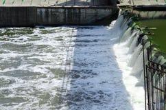 从水坝发布的狂放的打旋的水 免版税库存照片