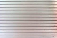 从水平的直线的背景 异常的条纹,板条淡粉红的墙壁  库存照片