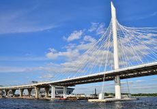 从水的看法在一个缆绳被停留的桥梁和绘画Th 图库摄影