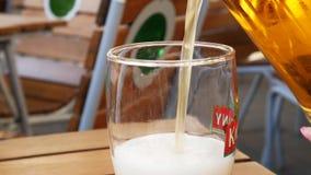 从水罐的啤酒涌入玻璃 街道爱尔兰客栈背景 ?? 股票录像