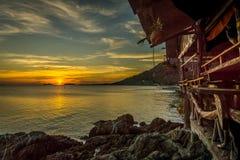 从江边嬉皮酒吧的日落在泰国, 库存图片