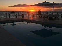 从江边房子的日落inKey比斯坎岛有水池和大阳台的 免版税库存图片