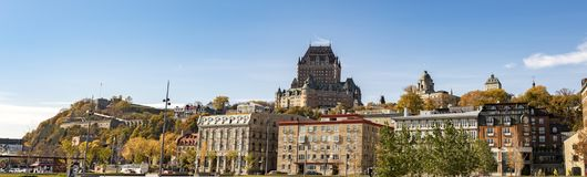 从江边的历史的老魁北克市全景 免版税库存照片