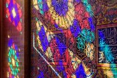 从污迹玻璃窗的五颜六色的光在Nasir Ol-Molk清真寺墙壁上,也著名作为桃红色清真寺 设拉子 伊朗 库存照片