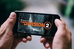 从汤姆・克兰西商标或标题屏幕的分裂2比赛在智能手机屏幕上被显示 免版税图库摄影