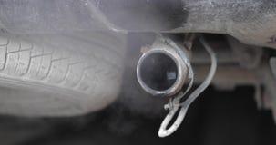 从汽车的排气管抽烟 影视素材