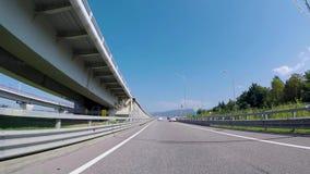 从汽车的看法在有桥梁的郊区高速公路 ?? 与沥青高速公路郊区的美好的风景,通过下 影视素材