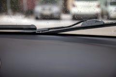 从汽车的看法通过对去除t的刮水器的窗口 免版税库存图片