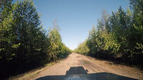 从汽车的看法 夏天在路的旅行在晴天 股票录像
