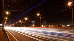 从汽车车灯的踪影 夜,长的曝光 免版税库存照片