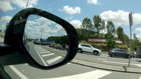 从汽车边镜子的一个转动的卡车视图 影视素材