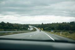 从汽车里边的看法在一条柏油路在葡萄牙 免版税库存照片