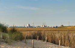 从沙丘看的工业区europoort 免版税库存照片