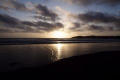 从沙滩点雷耶斯加利福尼亚的日落 免版税库存图片