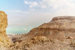 从沙漠的美好的自然视图石山和死海的 免版税图库摄影
