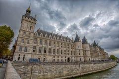 从河塞纳河的Conciergerie城堡在巴黎,法国 库存图片