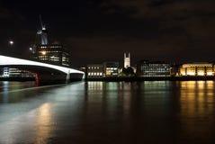 从河的地平线视图黑暗的天空的在伦敦,英国 城市和桥梁有夜照明的 布哈拉 库存图片