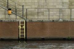从河的楼梯,元素提供对称给场面 图库摄影