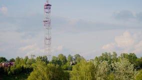 从河的高河岸的美丽的景色大电视塔的 塔上升反对美丽的天空 股票录像
