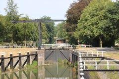 从河IJssel的老历史水闸设施作为纪念碑兹沃勒在荷兰,现今使用的市的 免版税库存图片