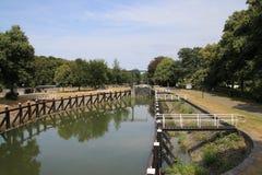 从河IJssel的老历史水闸设施作为纪念碑兹沃勒在荷兰,现今使用的市的 库存图片